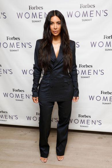 Ким Кардашьян в полосатом костюме