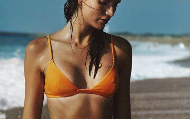 Девушка на пляже в купальнике