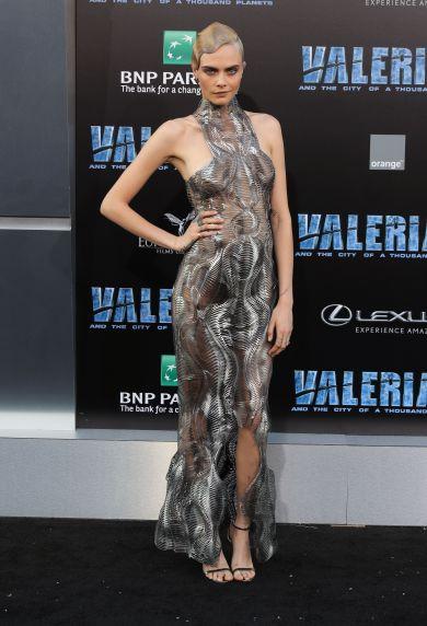 Образ дня: КараДелевиньв стальном платье Iris van Herpen напремьереЛос-Анджелесе