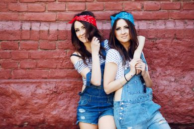 Девушки в джинсовых комбинезонах