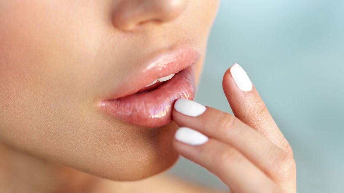 Как сделать влажные губы 799