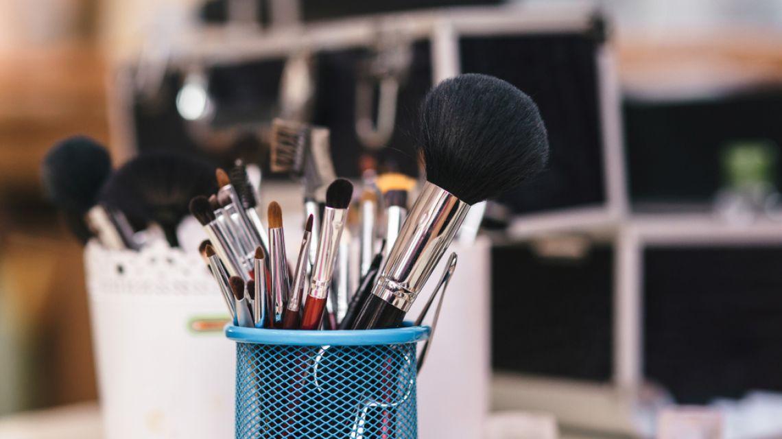 Чем и как правильно мыть кисти для макияжа