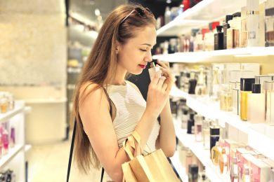 Девушка в парфюмерном отделе, парфюм, аромат