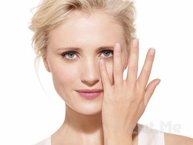 Девушка наносит макияж, макияж под глаза, уход за кожей под глазами