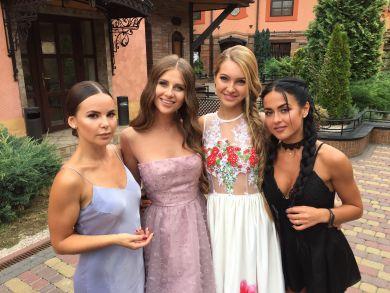 Холостяк 8: какие платья девушки выбрали для второй церемонии роз?
