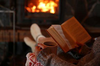 Девушка читает мотивирующую книгу