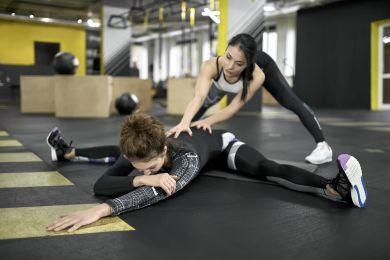 Упражнение для шпагата в спортзале