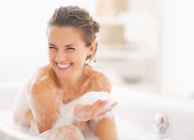 Девушка принимает ванну с пеной
