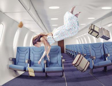 Девушка летает по самолету