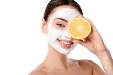 Девушка в маске для лица из белой глины