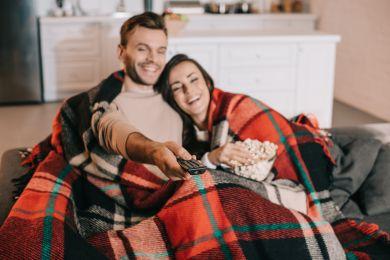 Пара смотрит лучшие фильмы зимы