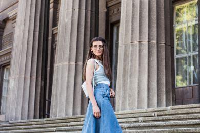 Девушка в джинсовой юбке миди
