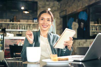 Счастливая девушка за работой