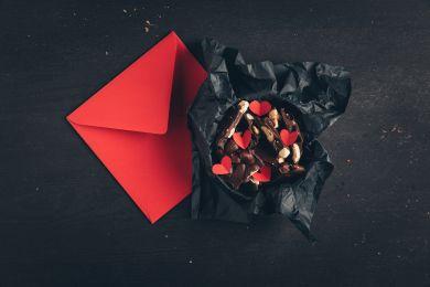Шоколад и валентинка в подарок на 14 февраля