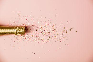 Бутылка игристого вина с блестками