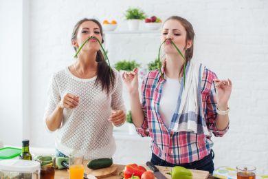 Счастливые девушки на кухне со здоровой едой