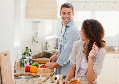 Пара готовит домашний ужин