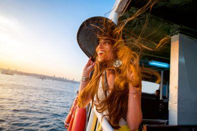 Девушка путешествует по Стамбулу