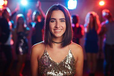 Девушка со стрижкой каре на средних волосах