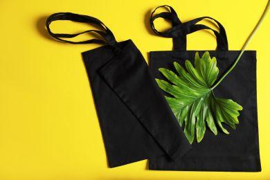 Две эко-сумки на желтом фоне