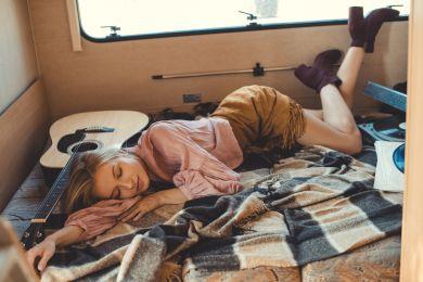 Девушка старается выспаться в трейлере