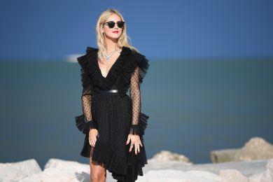 Кьяра Ферраньи в черном весеннем платье
