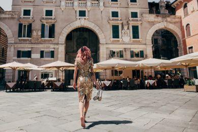 Девушка гуляет по Италии