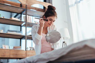 Девушка делает утренний макияж