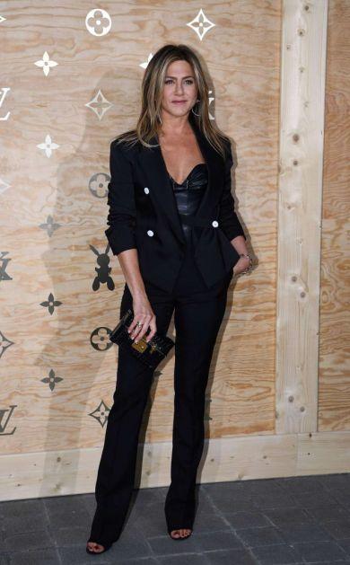 Образ дня: Дженнифер Энистон в элегантном костюме на презентации Louis Vuitton в Лувре