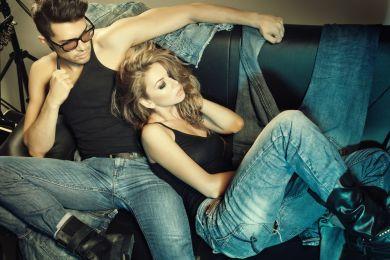 Парень и девушка в джинсах