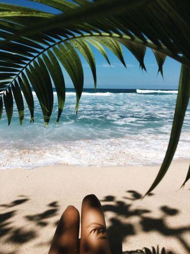 Ноги девушки на пляже