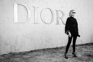 Шарлиз Терон на фоне вывески Dior