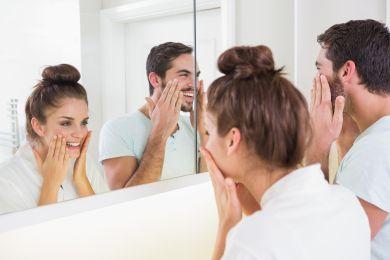 Парень с девушкой утром перед зеркалом
