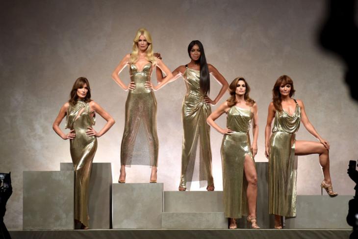 Все в сборе: Клаудия Шиффер, Наоми Кэмпбелл и Синди Кроуфорд воссоединились на показе Versace