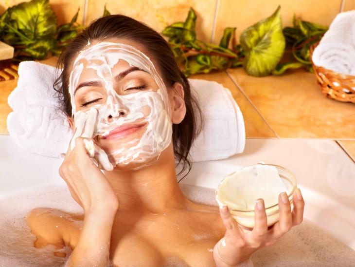 Девушка принимает ванну и наносит маску на лицу