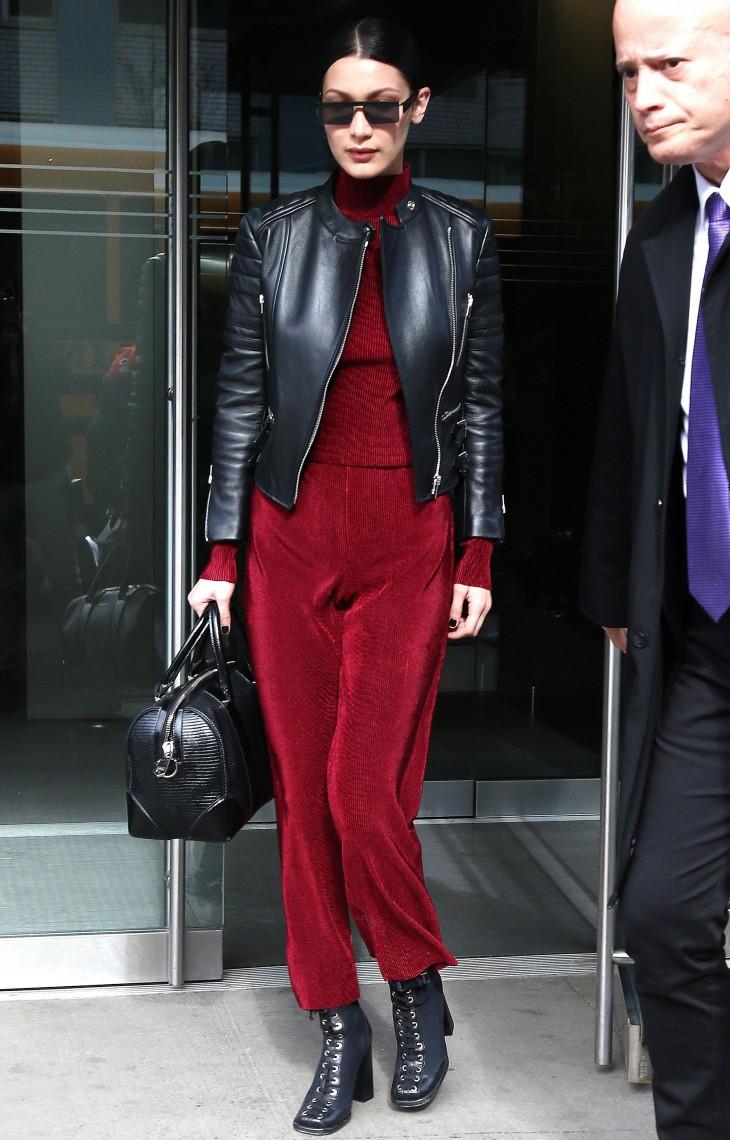 Образ дня: Белла Хадид в красном комбинезоне и с сумкой Givenchy на улицах Нью-Йорка
