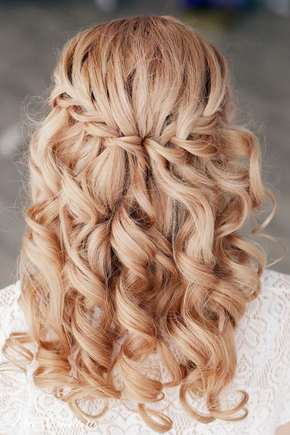 Прически для длинных волос с заколотыми прядями