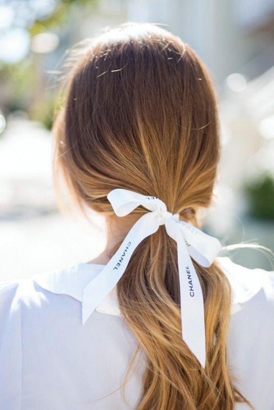 Лента на волосах в хвосте