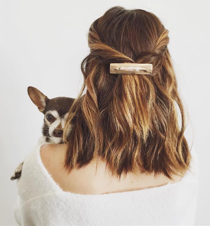 Модная прическа на короткие волосы