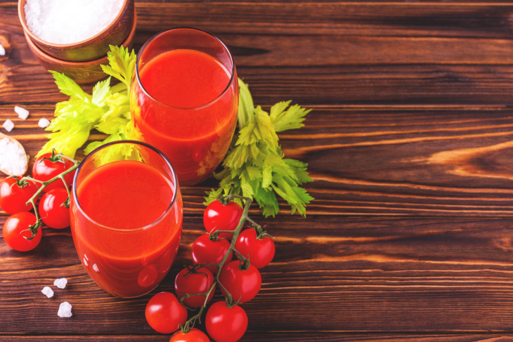 Свежевыжатый томатный сок утром