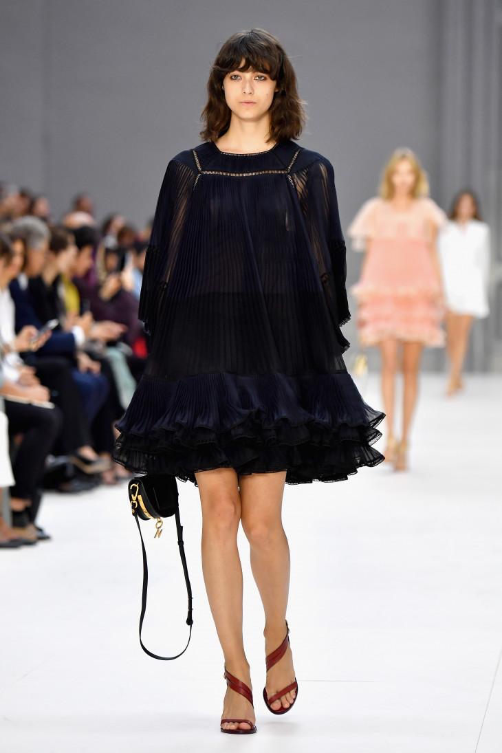Плиссированное платье в тренде этой весной фото