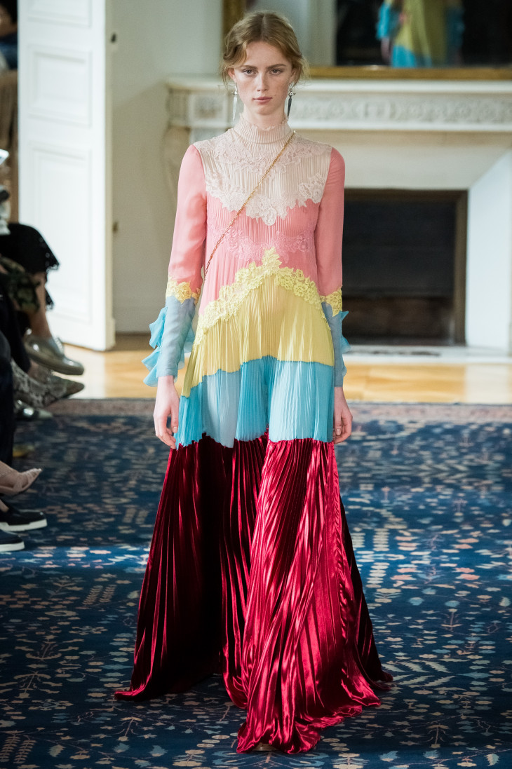 Яркие плиссированные платья фото