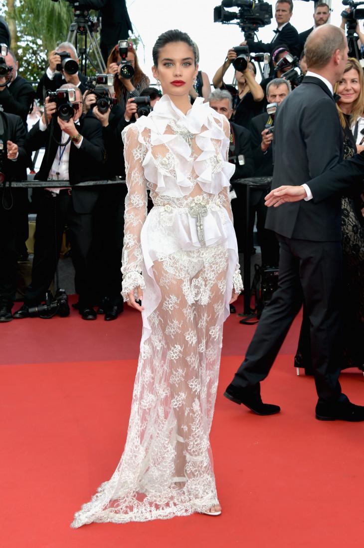 Сара Сампайо в белом платье Канны