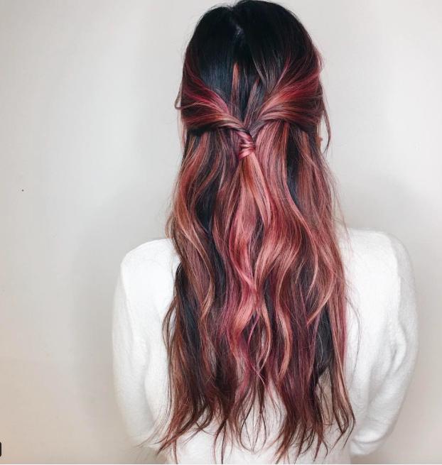 Розовые волосы у брюнетки
