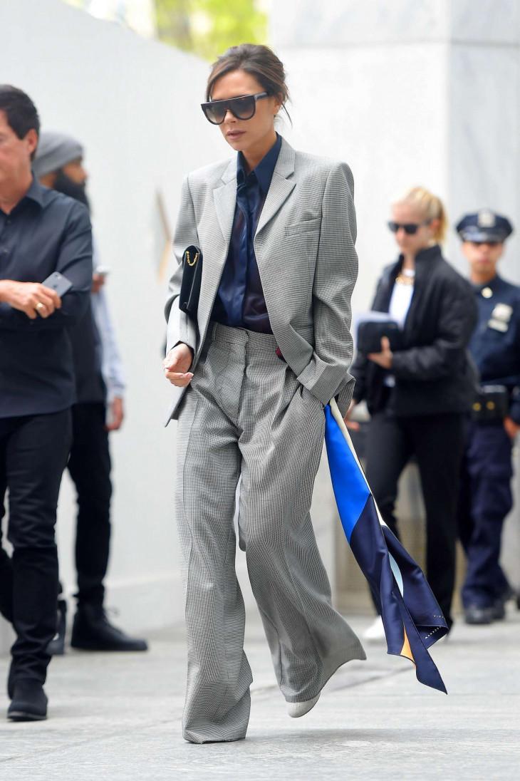 Виктория Бекхэм в строгом костюме
