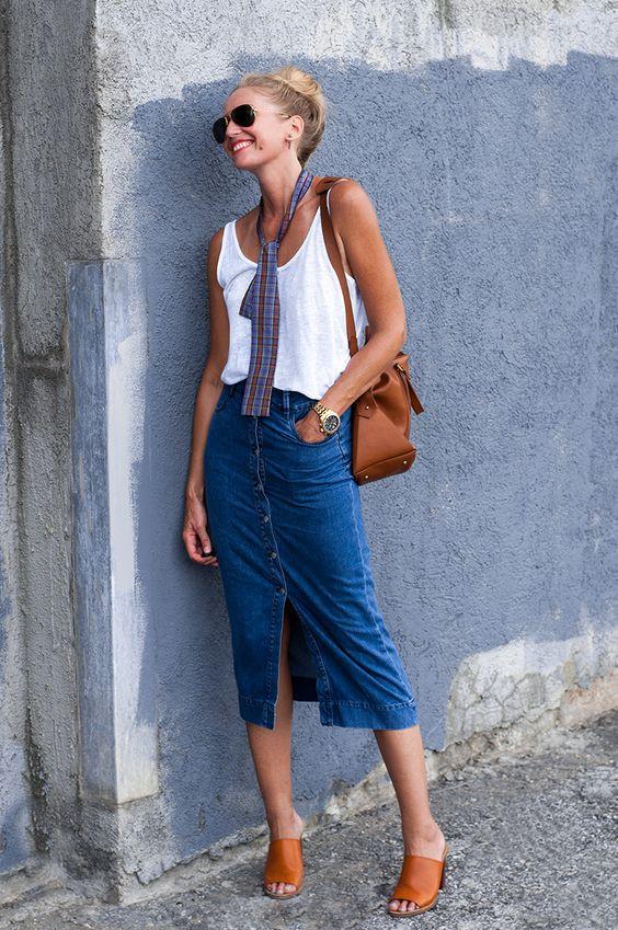 С чем носить джинсовую юбку - вариант с майкой