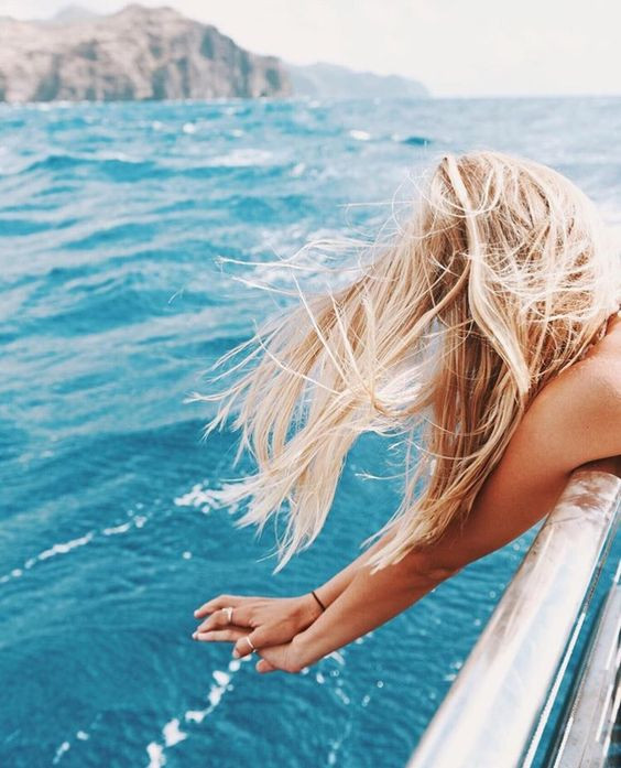 Девушка позирует на фоне моря
