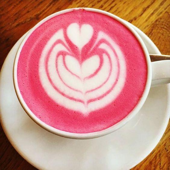 Красивый розовый латте