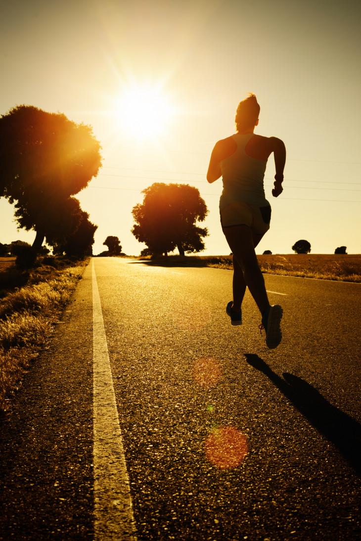 девушка бежит - польза бега по вечерам