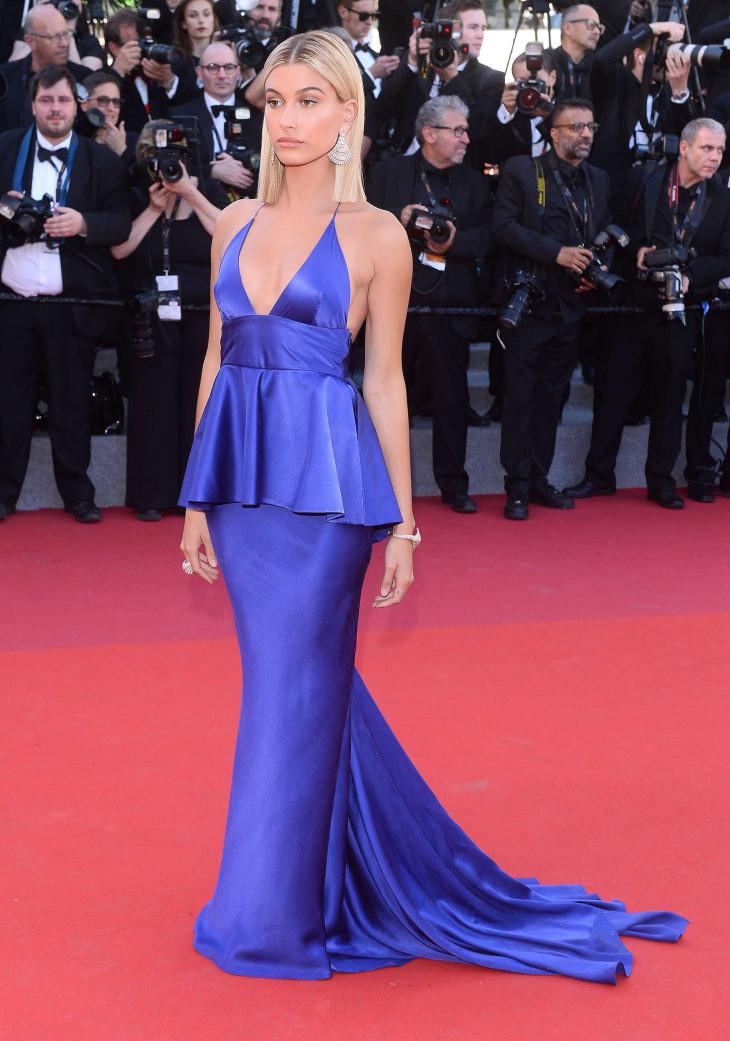 Хейли Болдуин в синем платье